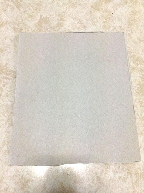 型紙に使う厚紙を用意します。何でもOKです。