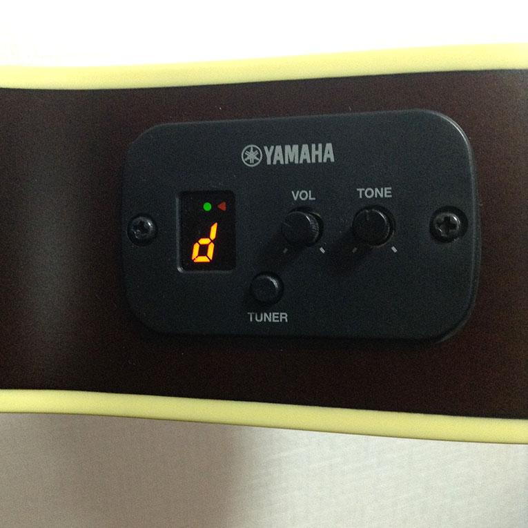 チューナー付き。便利!!ちなみにピックアップはアンダーサドルでなく、ピエゾです。打音でます。