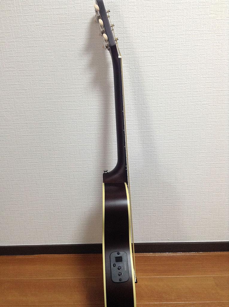 側面から。この薄さ、まるでエレキギターのよう。